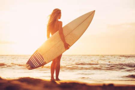 해질녘 해변에서 아름 다운 섹시 서퍼 소녀