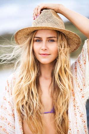 Fashion lifestyle, aantrekkelijke vrouw in bikini en zonnehoed op het strand