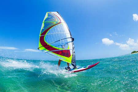 Spaß im Meer, Extremsport Windsurfen, Standard-Bild