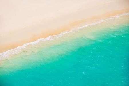 Strand en de zee. Luchtfoto van de helikopter van tropische oceaan vergadering het zand