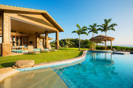 豪華なプールの家