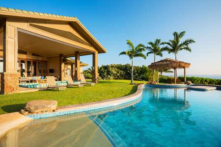 Casa de lujo con piscina Foto de archivo - 28327033