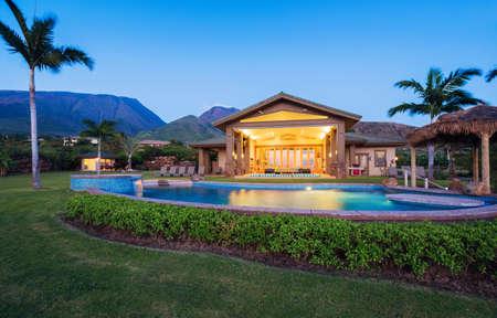 cielo atardecer: Casa de lujo con piscina al atardecer Foto de archivo