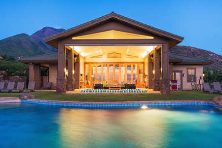 Luxus-Haus mit Pool bei Sonnenuntergang Standard-Bild - 28327070