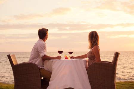 bebes niñas: Pareja compartir una cena romántica puesta de sol en la playa