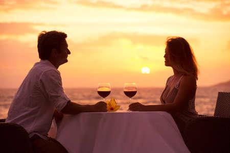 Sdílení romantický západ slunce večeři na pláži pár Reklamní fotografie