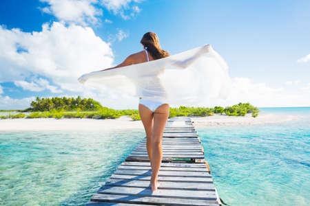 열대 섬, 휴가 여행 개념을 휴식 아름 다운 젊은 여자 스톡 콘텐츠 - 29733908