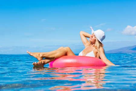 Mooie sexy meisje op drijvend vlot in tropische oceaan