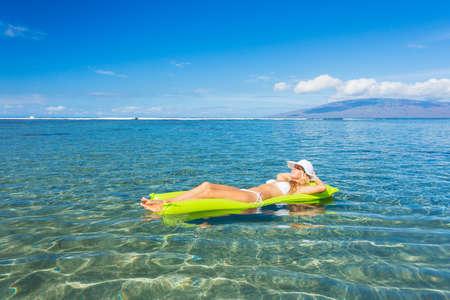 Mooi sexy meisje op drijvend vlot in tropische oceaan