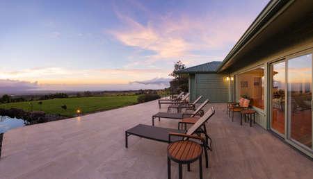 Lounge stoelen op het dek bij zonsondergang Stockfoto
