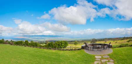Pelouse jardin avec terrasse et vue imprenable Banque d'images