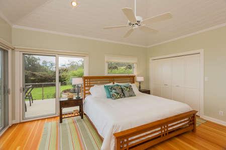 ventanas abiertas: Amplio dormitorio acogedor en la hermosa casa