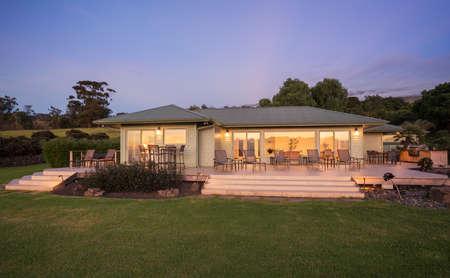 Mooi huis bij zonsondergang Stockfoto