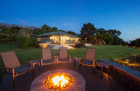 foso: Pozo de fuego del patio trasero de lujo en la puesta del sol