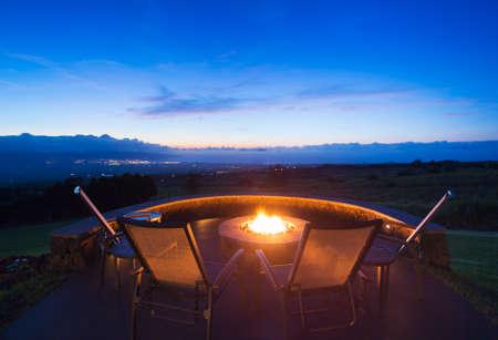 Luxe achtertuin vuurkorf bij zonsondergang Stockfoto