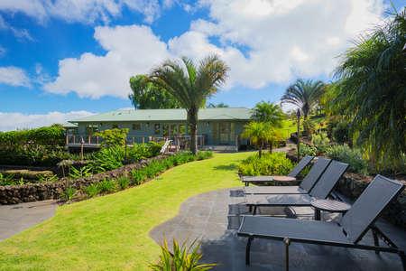 Dek patio met ligstoelen en uitzicht op de tuin op luxe landgoed huis Stockfoto - 30426234