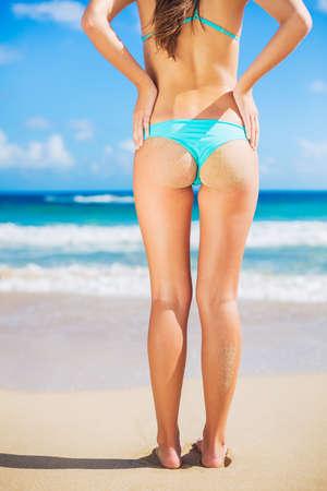 nue plage: Belle jeune femme sexy en bikini avec petit bout de sable sur la plage
