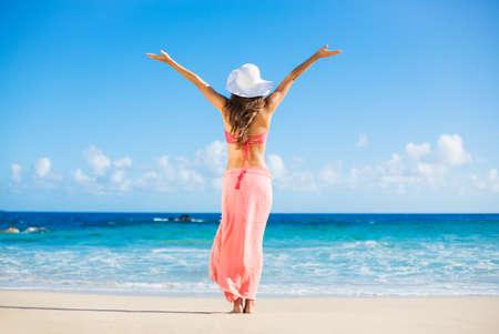 해변 휴가. 행복 한 여자 해변에서 화창한 날을 즐기고있다. 열린 무기, 자유, 행복과 행복. 스톡 콘텐츠 - 30865749