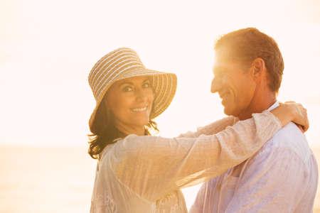 verliefd stel: Gelukkig Romantische Ouder paar in liefde op het strand bij zonsondergang