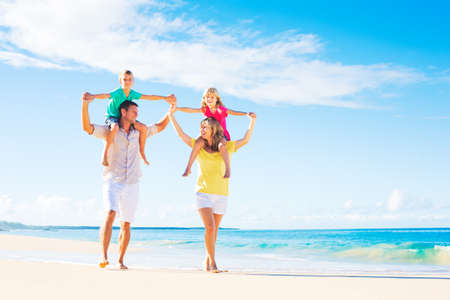 playas tropicales: Familia de cuatro miembros que se divierte en la playa tropical Foto de archivo