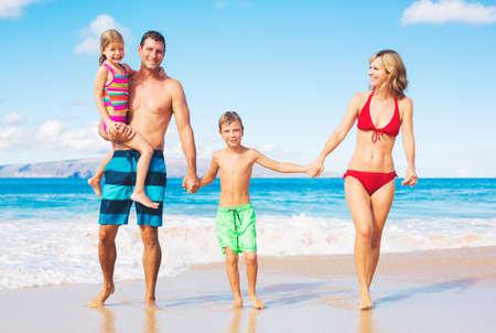 playas tropicales: Familia feliz en la playa