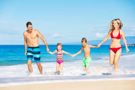 행복한 가족 실행 및 해변에서 재생
