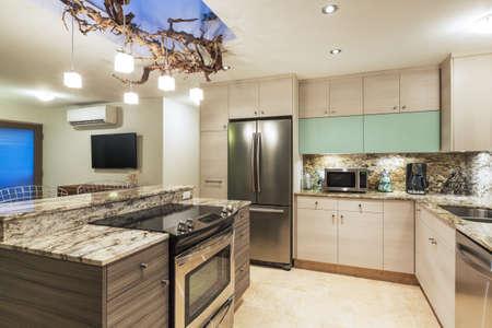 ?real estate?: Cocina contempor�nea moderna Interior de la casa Foto de archivo