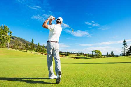 골퍼가 코스에 클럽과 골프 샷을 명중 스톡 콘텐츠
