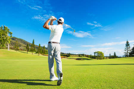 Golfer Hitting Golf Shot met Club op de Cursus Stockfoto