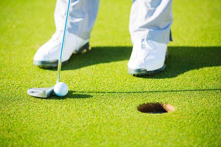 Man brengen golfbal in de hole, Close-up detail Shot Stockfoto