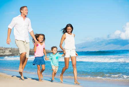 幸せの混合レース 4 人家族のビーチで