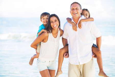 해변에서 혼합 된 레이스 가족의 행복 초상화 스톡 콘텐츠