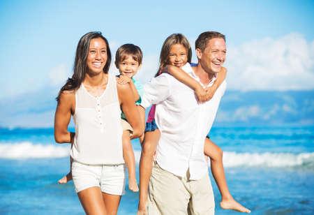 해변에서 혼합 된 인종 가족의 행복 한 초상화