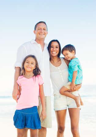 해변에서 혼합 경주 가족의 행복 초상화