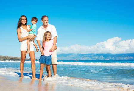 Glücklich Porträt von Mischrennen-Familie auf dem Strand Standard-Bild