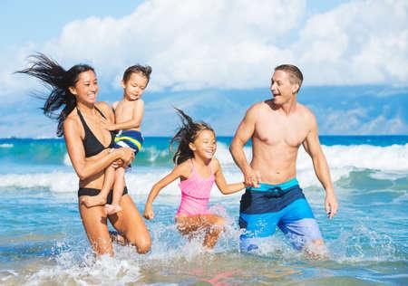 Felice di sangue misto Famiglia di quattro giocare e divertirsi sulla spiaggia Archivio Fotografico - 32218612