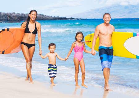 夏のライフ スタイルの集合の概念は、トロピカルビーチでサーフボードと幸せな家族
