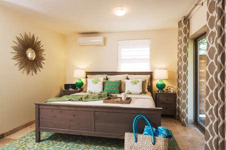 bedsheets: Camera da letto in casa contemporanea, Interior Design Archivio Fotografico