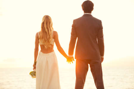 parejas de amor: Hermosa boda Sunset. Novia y novio en la puesta del sol Foto de archivo