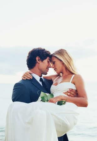 Bruiloft. Mooie Romantische bruid en bruidegom net getrouwd.