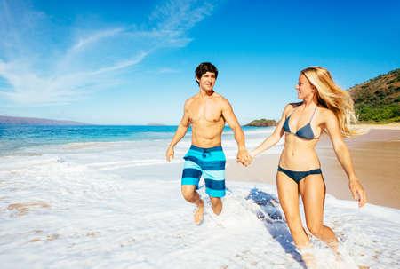 Attractive Couple heureux courir et jouer sur Belle Sunny Beach Banque d'images - 32345739