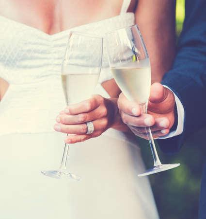 brindisi champagne: Coppia di nozze Toast