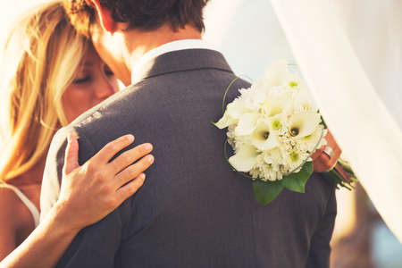 美しい結婚式のカップルを受け入れます。恋の新郎新婦