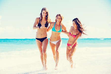 niña: Grupo de los Tres hermosas mujeres jovenes atractivas caminando en la playa