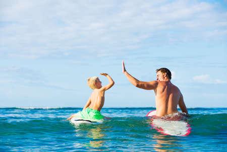 해피 아버지와 어린 아들이 함께 서핑 간다 스톡 콘텐츠