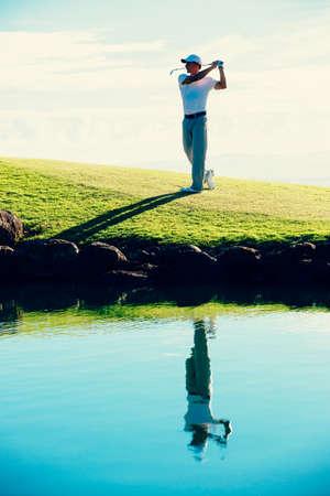 sparo: Golfista Colpire Golf Shot con Club Bella campo da golf in vacanza Archivio Fotografico