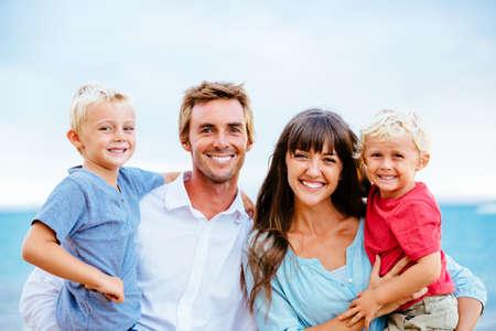 幸せな若い家族 写真素材