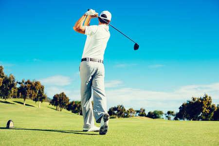 美しいゴルフコースで遊んでゴルファー 写真素材