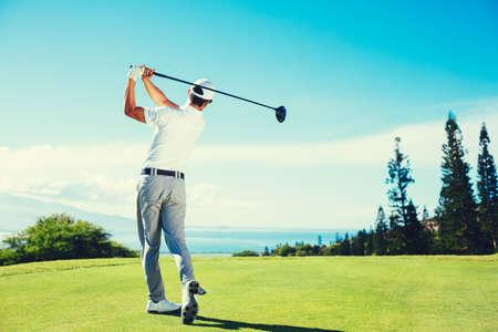 Golfspeler Het spelen op prachtige golfbaan
