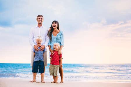 Happy Young Family 版權商用圖片 - 32902284